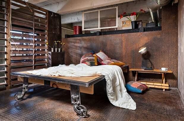 Оригинальный интерьер спальной с такой невероятной кроватью на платформе.