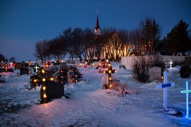 ✨ 5 завораживающих фото светящихся надгробий в Исландии