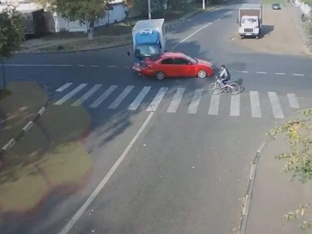 Велосипедист чудом избежал наезда двух автомобилей (ВИДЕО)