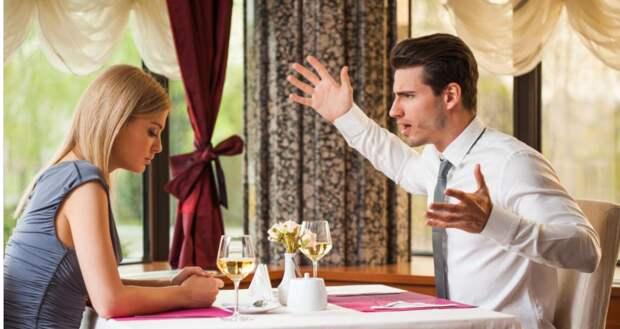 После ужина мужчина попросил официанта разделить счет. Его спутница была возмущена, но он произнес верную фразу