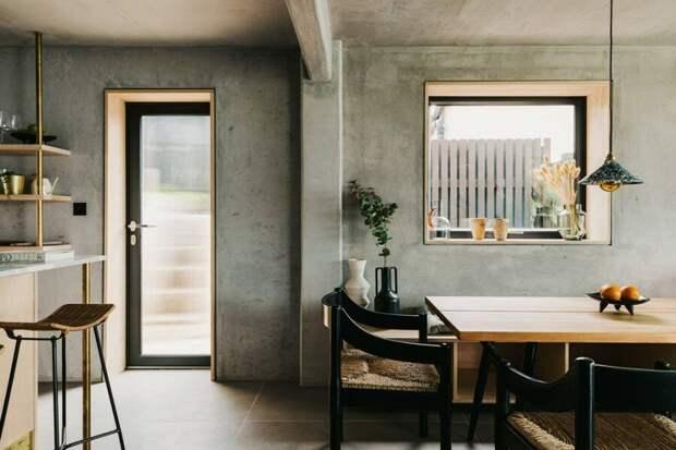 Огромные окна и природные оттенки: интерьер английского дома на побережье
