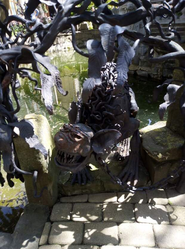 Как можно украсить водоем или сад металлическими фигурами устрашающего вида