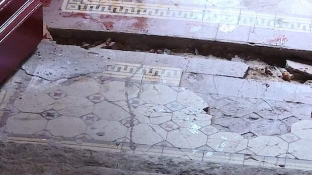 Растащили по кусочкам: из парадной дома на Васильевском острове пропала метлахская плитка