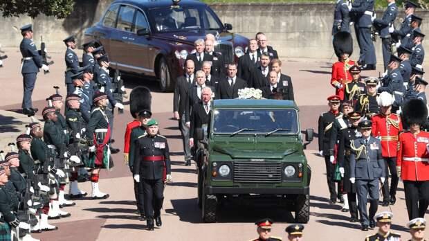 «Спасите планету!»: активистка выступила топлесс на похоронах принца Филиппа