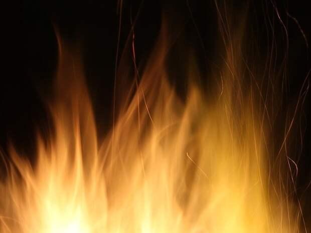 В Москве горит трехэтажный склад