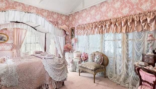 Благодаря большим окнам одна из спален утопает в солнечном свете. | Фото: realestate.com.au.