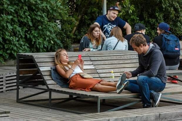 Штраф 4 тысячи рублей! Москвичам запретили сидеть на скамейках в парках