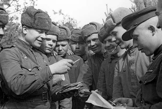 Советские воины разбирают почту. 2-ой Белорусский фронт