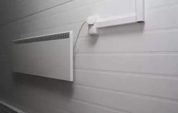 На стене установлен электрический конвектор