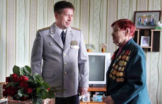 Сотрудники Следственного комитета гродненщины поздравили ветерана с Днем Победы.