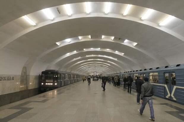 В Москве мужчина упал на рельсы в метро