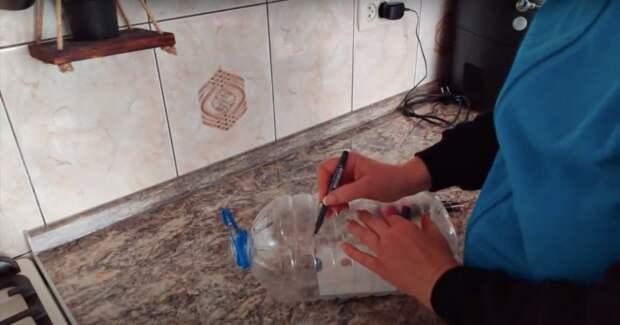 Крайне удобное приспособление на кухню из пятилитровой бутылки