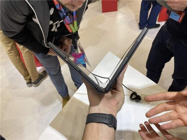 Фото дня: ноутбук Lenovo ThinkPad X1 с гибким экраном на «живых» снимках
