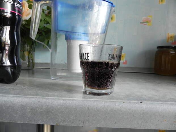 Наливаем немного Пепси в стакан, что бы потом сравнить