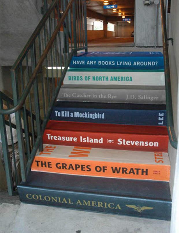 Креативная лестница в книжном магазине))