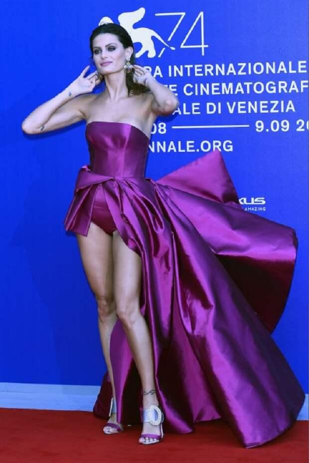 Это супероткровенное платье приковало внимание всех присутствующих на Венецианском фестивале — 2017!