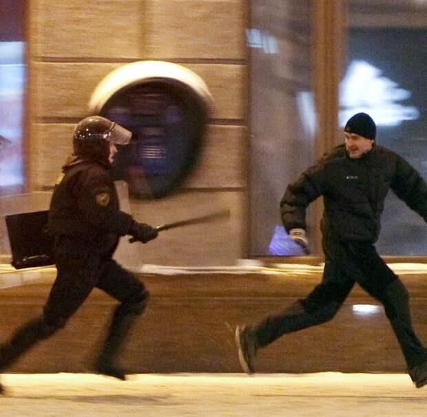 Sicherheitskräfte jagen Demonstranten durch die Straßen von Minsk.