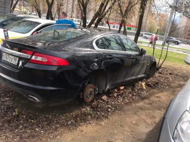 В Хорошёво-Мнёвниках «разули» престижный автомобиль «Ягуар»