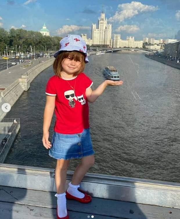 Как маленькая француженка: дочь Климовой в белых носочках поверх алых лодочек полюбовалась теплоходами