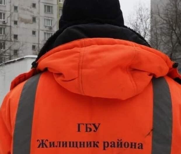 Коммунальщики починили скамейку на Дыбенко