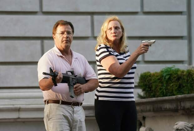 Супружеская пара в США защищала от демонстрантов свой дом, на восстановление которого ушло 30 лет