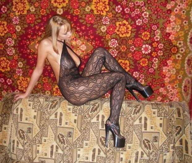 Симпатичные девушки у ковров и на коврах