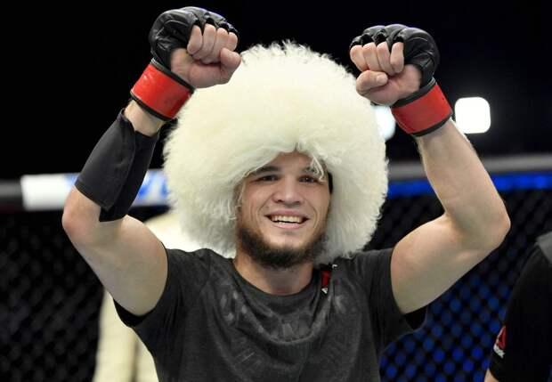 Умар Нурмагомедов вышел на первый бой в UFC в папахе: «Пускай это будет семейная традиция»
