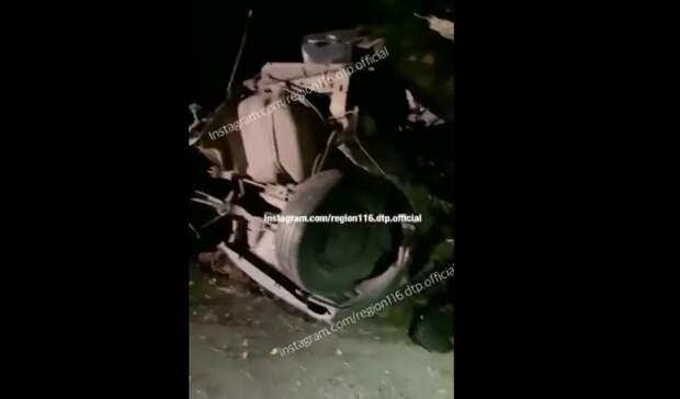В Татарстане Mitsubishi разорвало пополам от столкновения с деревом