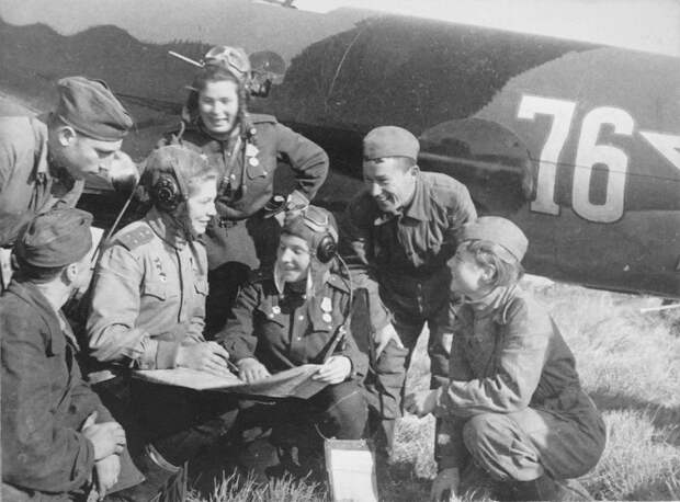 Экипаж бомбардировщика Пе-2 из 125-го гвардейского бомбардировочного авиаполка.