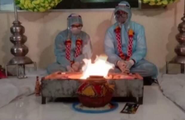 Видео: Любовь под защитой — как в Индии сейчас играют свадьбы
