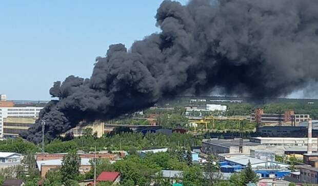 Столб черного дыма стоит над Екатеринбургом: горят мусор иангар