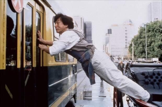Джеки Чан исполняет опасный трюк. | Фото: evolve-mma.com.