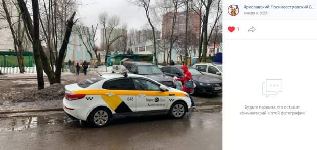Водитель такси перегородил въезд в детский сад на Енисейской