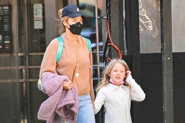 Блейк Лайвли на прогулке со старшей дочерью Джеймс в Нью-Йорке