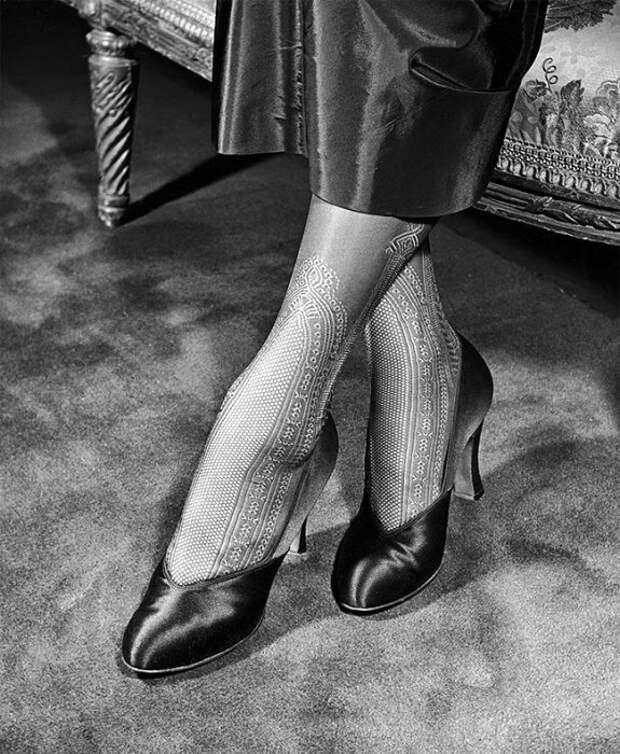Кружевные чулки с рисунком, которые надеваются до середины икры и подчеркивают тонкие лодыжки, 1948 год.