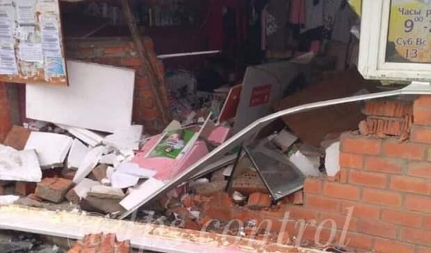 Машина в хлам, в стене дыра: автомобилист протаранил магазин в Приморье