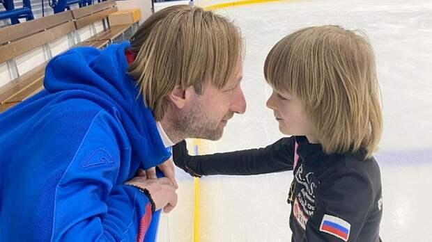 Гном Гномыч совершил первый прыжок в жизни на «удочке» под руководством Плющенко: видео