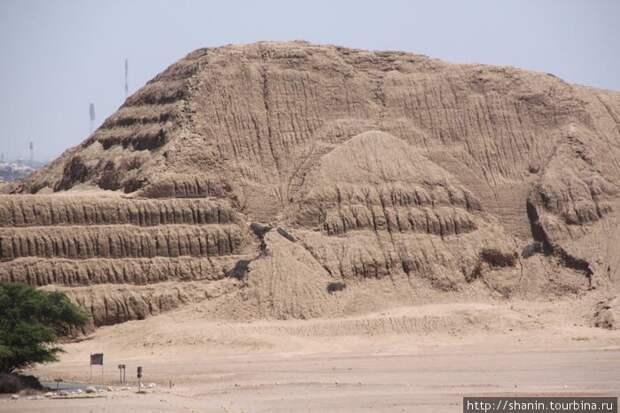 Пирамида Уака-дель-Соль. Источник https://rgdn.info/piramidy_mira_chast_25__uaka-del-sol_piramida_solnca_v_peru