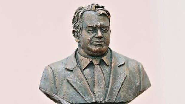 Они больше не скрываются: В России поставили памятник чиновнику-коррупционеру?