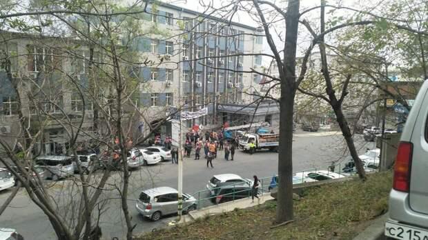 Докеры Владивостока забросали касками владельца предприятия, который назвал их быдлом