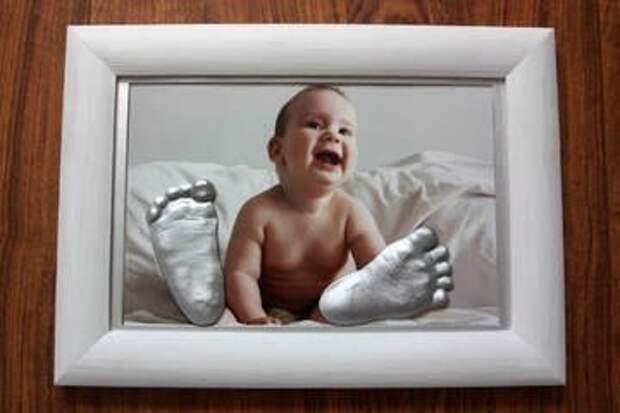 «Закатать ребенка в гипс»: родители делают безумные слепки младенческих рук, ног и поп