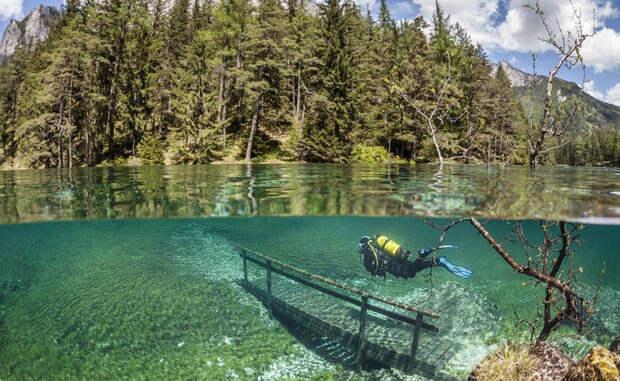 Грюнер-Зе Эта местность в австрийских горах наполняется весенним половодьем до такой степени, что превращается в настоящее озеро. Небольшие парковые дорожки, скамейки, деревья — под воду уходит все.