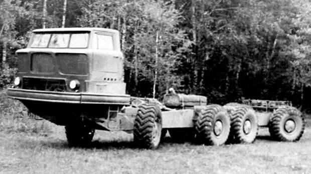 Шасси ЗИЛ-135К с округлой пластиковой кабиной над двигателем. 1960 год  история, ссср, факты