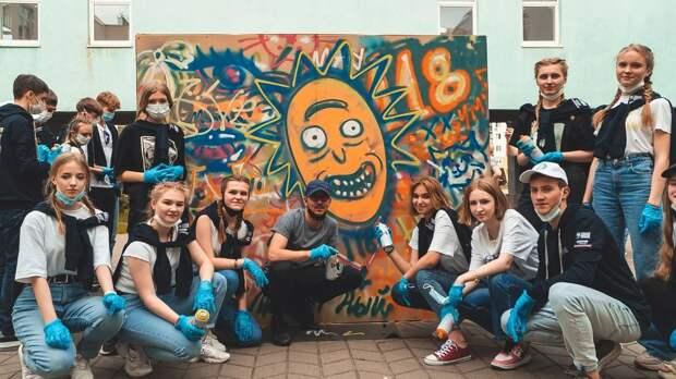 Художник из Испании, создавший мурал с Максимом Горьким в центре города, провел мастер-класс для нижегородских школьников