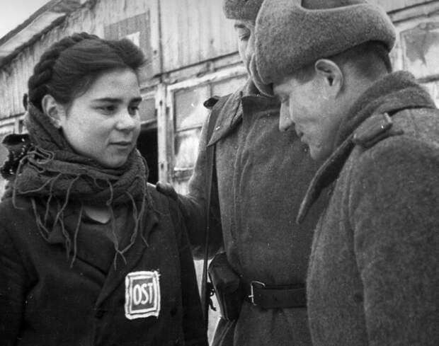 Красноармеец и русская девушка.