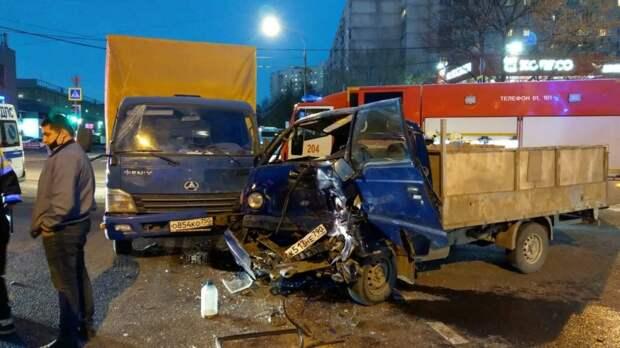 В Строгине спасатели вытащили мужчину из зажатой кабины авто