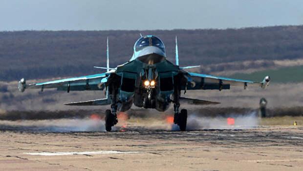 Посадка самолета Су-34 во время летно-тактических учений на аэродроме Бутурлиновка Воронежской области