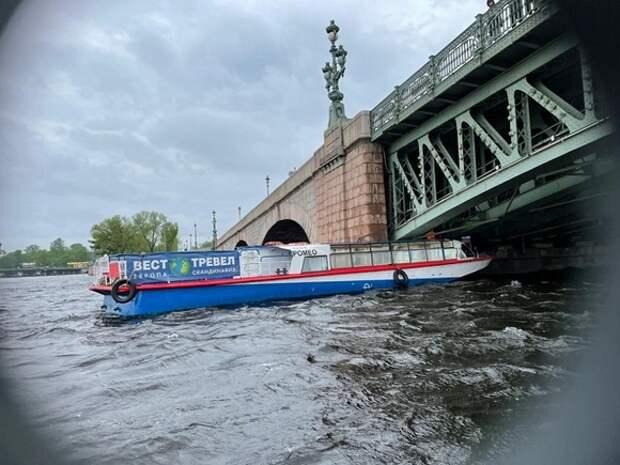 Теплоход «Ромео» врезался в мост в Петербурге