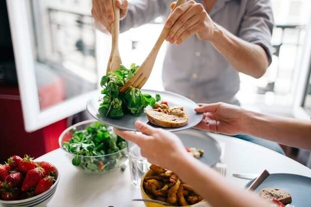 Если снова проголодались, просите добавку в виде низкокалорийного салата. / Фото: pohudete.ru
