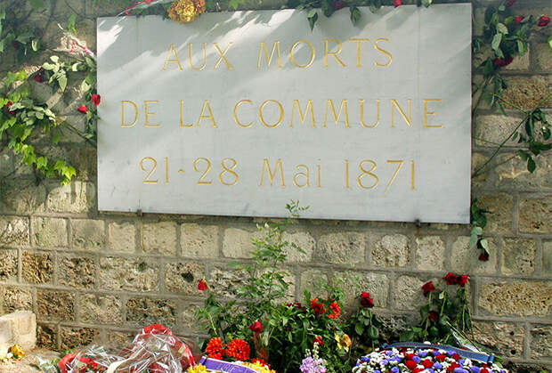 Мемориальная доска на стене коммунаров на кладбище Пер-Лашез. Париж, 2011 год